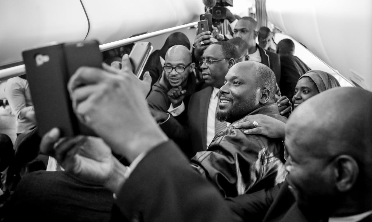 Macky Sall voyage avec Air Sénégal : Selfies et photos de famille à bord (IMAGES)
