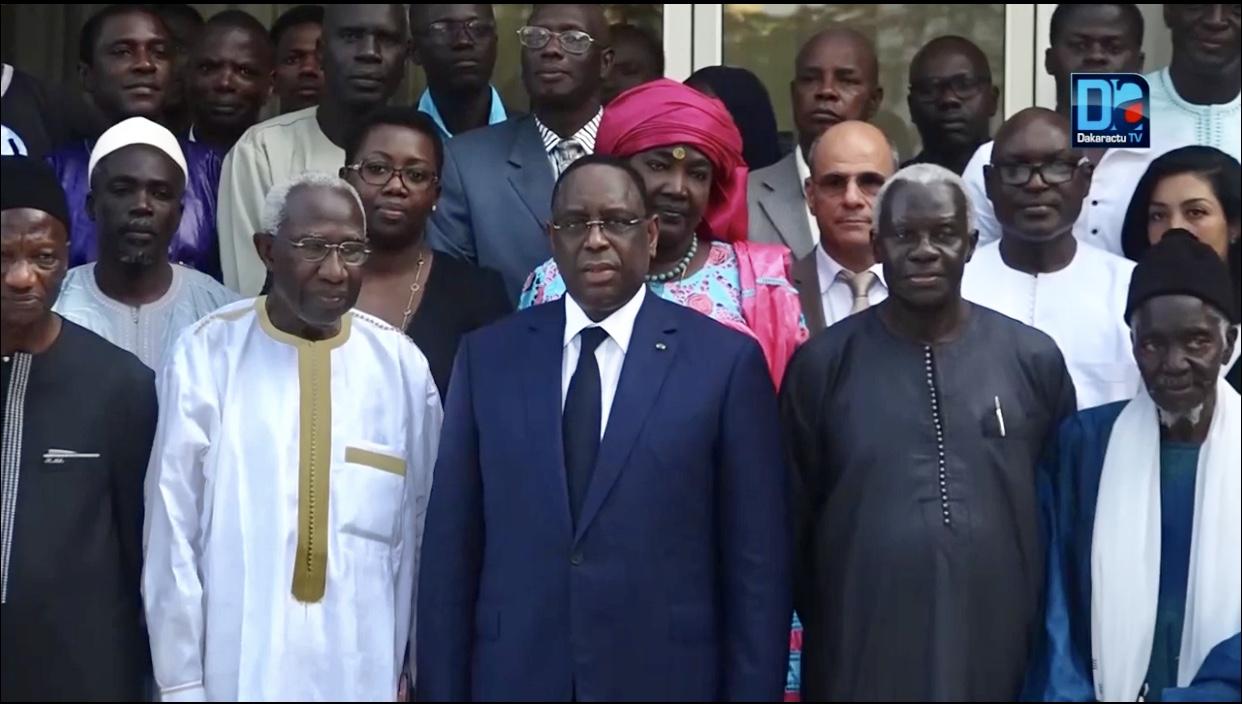 Histoire Générale du Sénégal : Le Pr Iba Der Thiam remet au PR les 5 premiers volumes produits