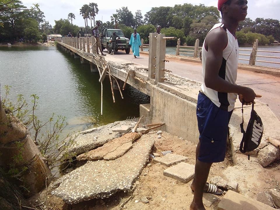 Pont de Diouloulou / Un camion remorque a failli tomber dans le marigot