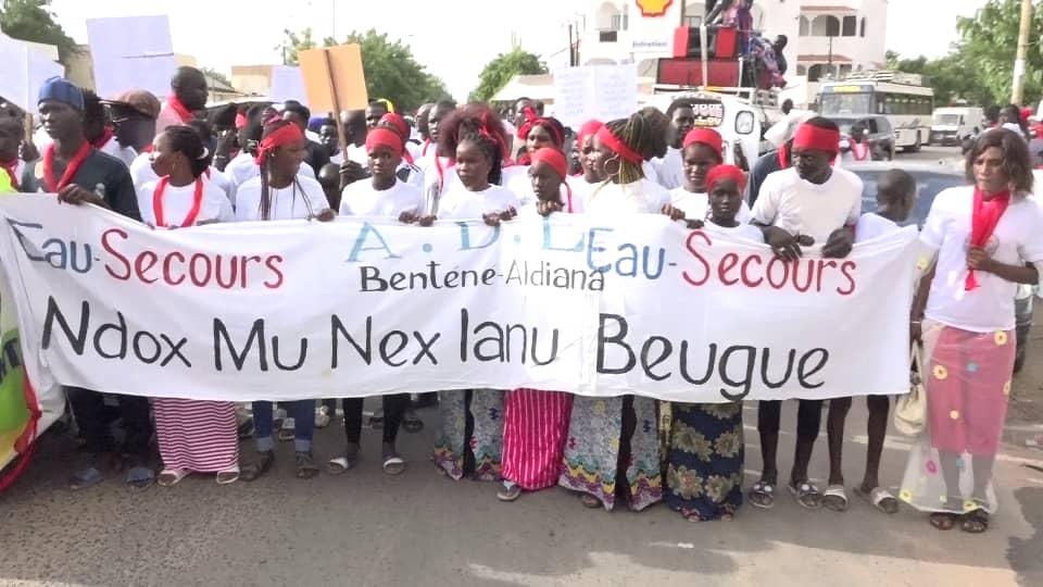 «EAU SAUMÂTRE, TROP SALÉE ET DANGEREUSE» / Mbacké marche, crie et brandit du rouge pour exprimer son ras-le-bol face à ce calvaire qui dure depuis 30 ans