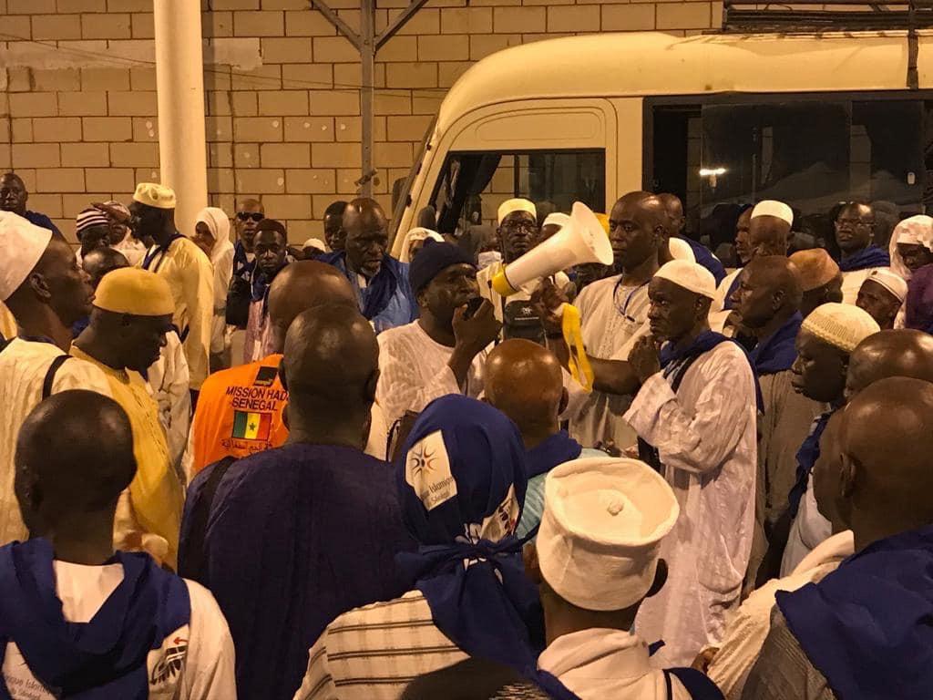 FIN DE HAJJ REGRETTABLE / 11 000 pèlerins risquent de revenir sans 'le zam-zam', non sans avoir payé 12 Riyals... et déçus de n'avoir pas reçu les valises promises.