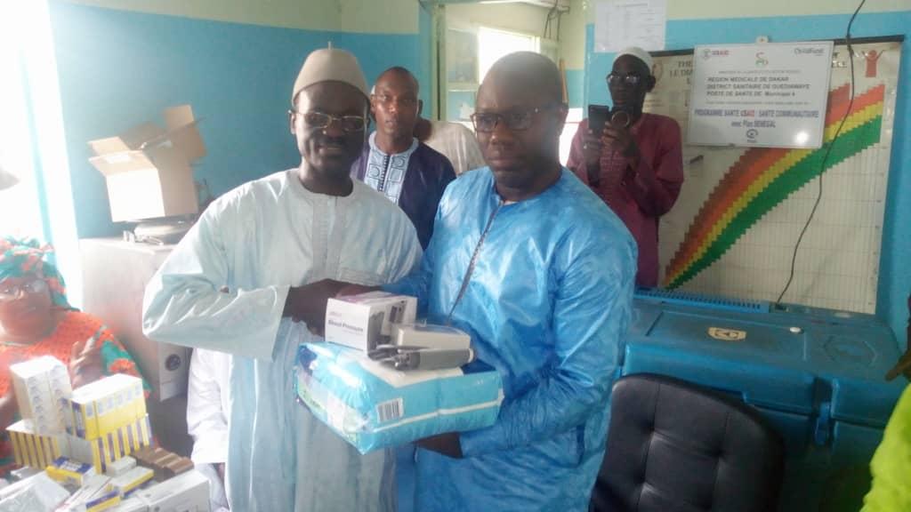 """Remise d'un don de médicaments par le mouvement """"guediawaye la bokk"""" et son président Ahmed Aidara au poste de santé municipal 4 dans la commune de Sam notaire. ( IMAGES )"""