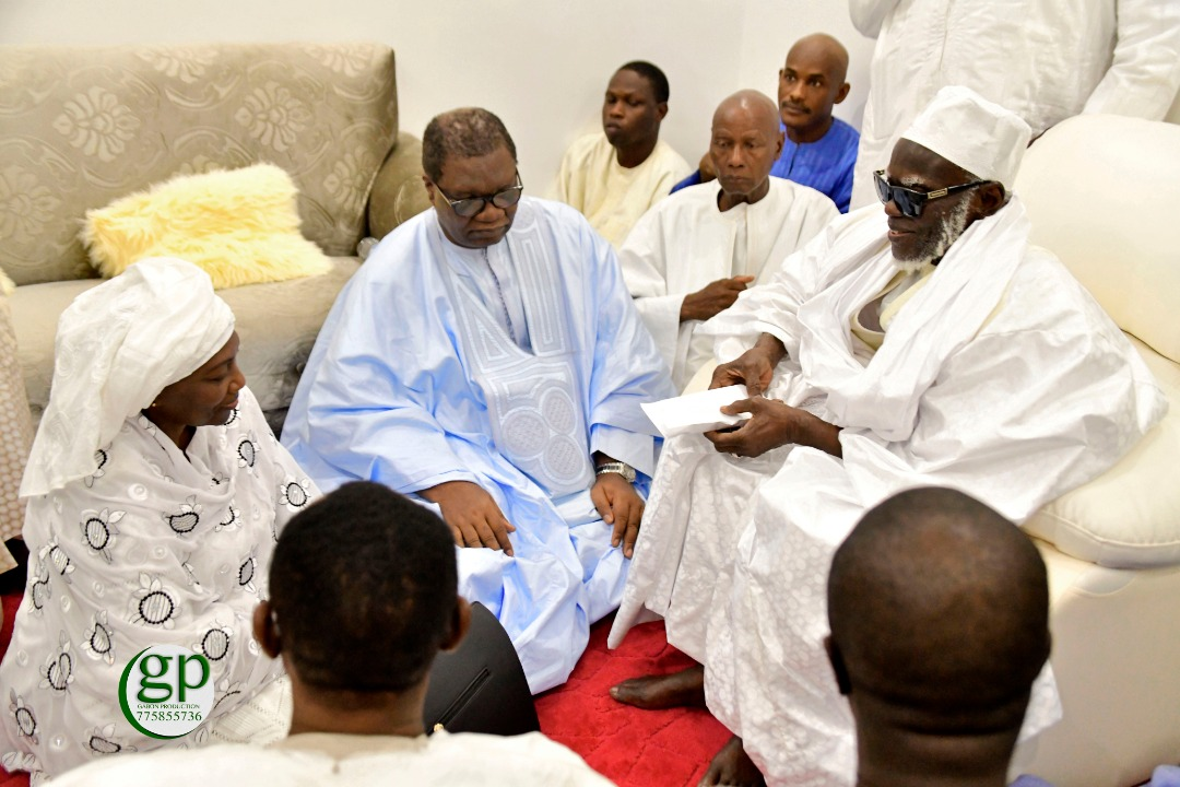 «Keur Serigne Touba» à Colobane : Le khalife général des Mourides reçoit Ousmane Ngom et Aminata Tall.