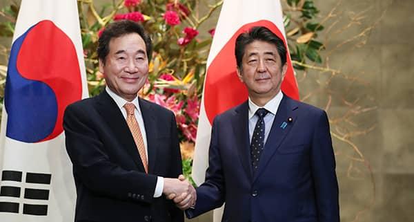 Poignée de mains entre Lee et Abe, sommet Moon/Abe en tractation : Vers un dégel de la tension diplomatique entre  la Corée du Sud et le Japon