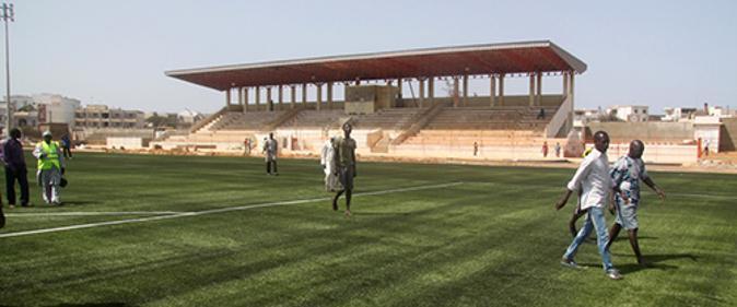 Détérioration du stade Caroline Faye / La pelouse et l'éclairage, l'œuvre des chinois.