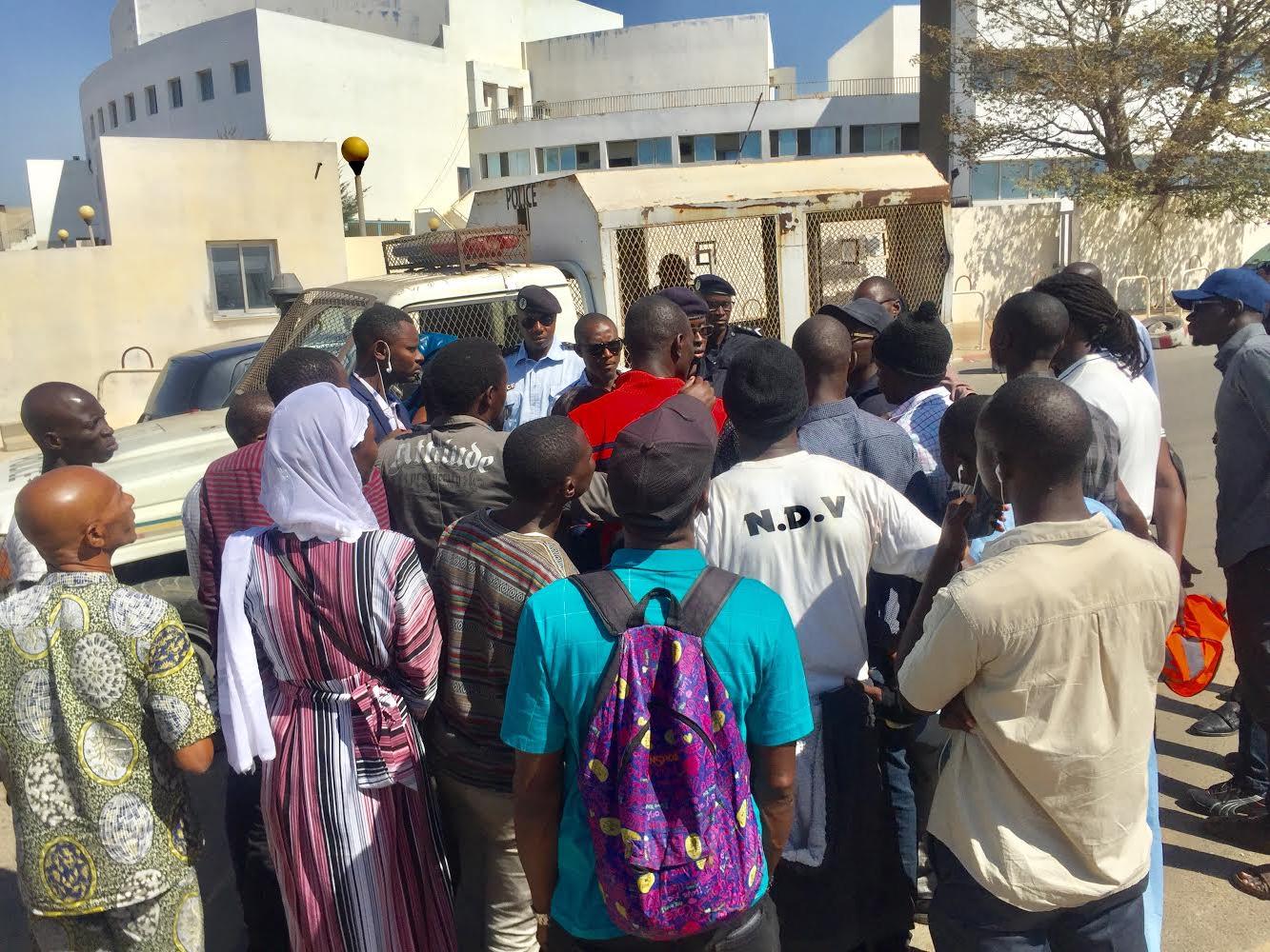 Palais de justice : La police disperse un rassemblement des camarades de Guy Marius Sagna devant le tribunal.