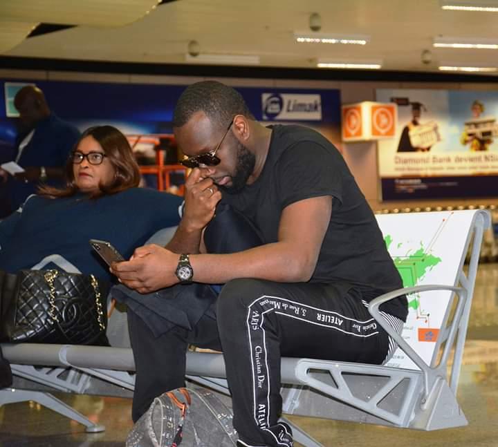 GIMS et Dadju font déjà foule à l'aéroport Dakar Blaise Diagne.