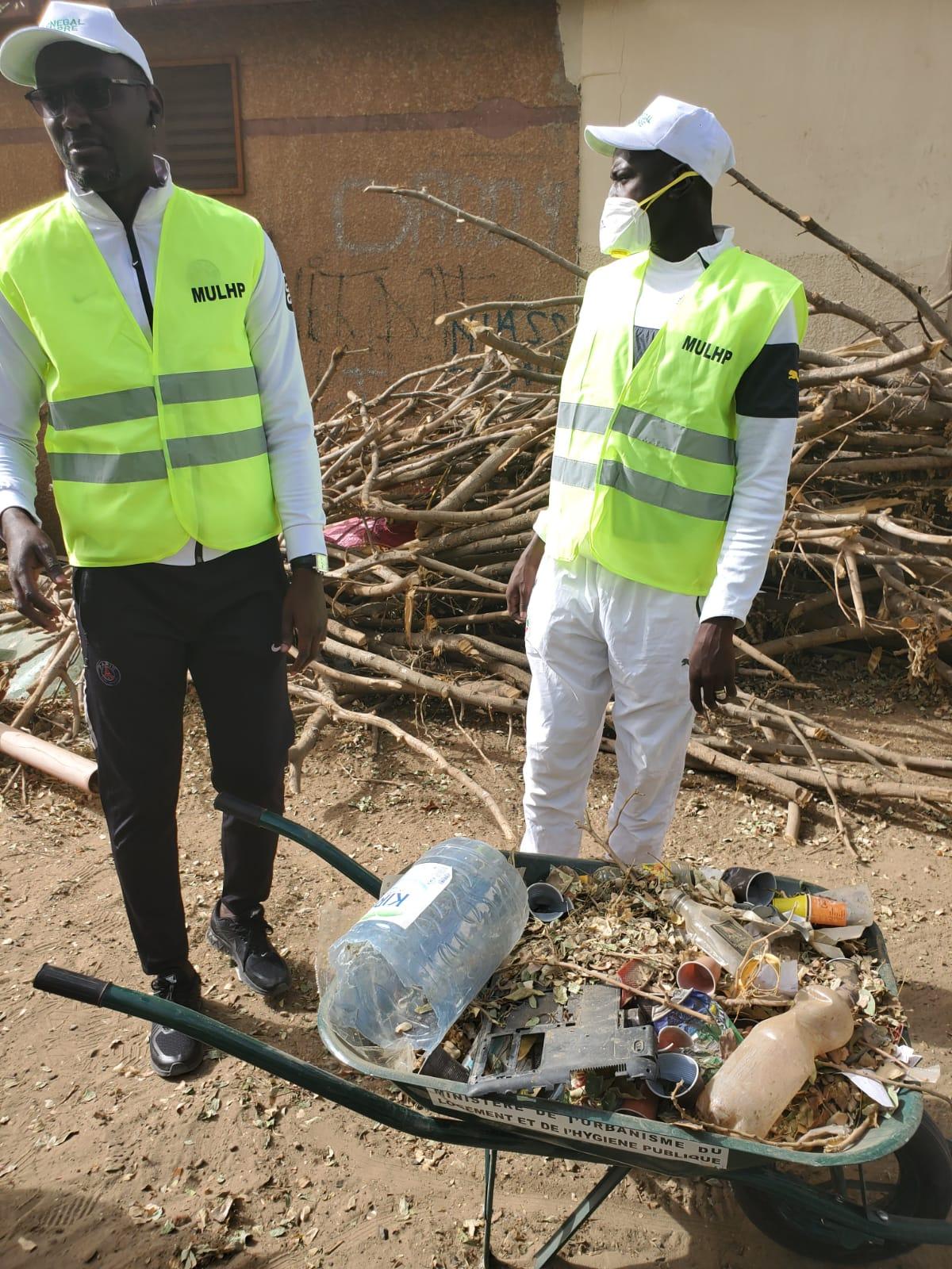 Journée nationale de nettoiement : Des étudiants s'y mettent...