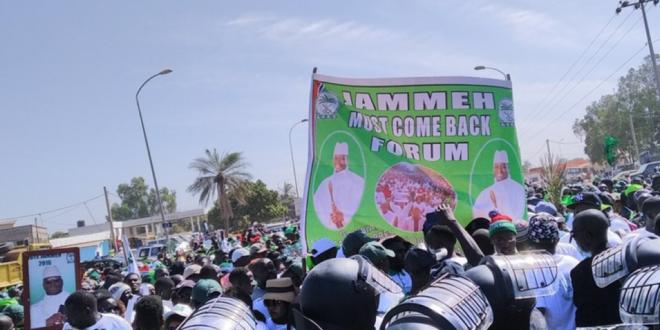 Gambie : Des milliers de manifestants réclament le retour de Jammeh.