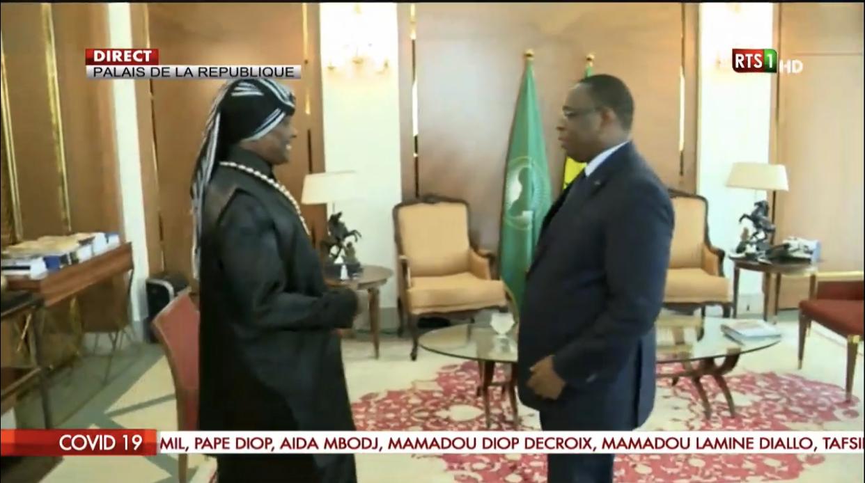 Palais de la République : Serigne Modou Kara viole les règles, refuse le gel alcoolisé et serre la main au Président.