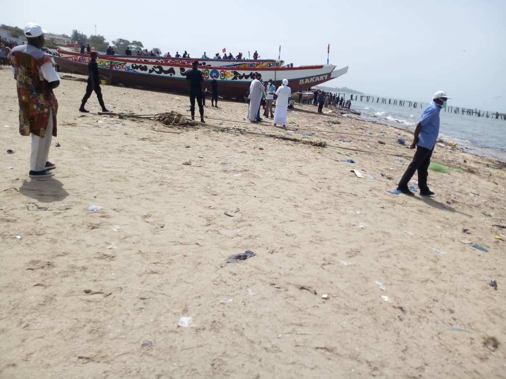 Urgent : Une pirogue bondée de passagers débarque au quai de pêche de Mbour.