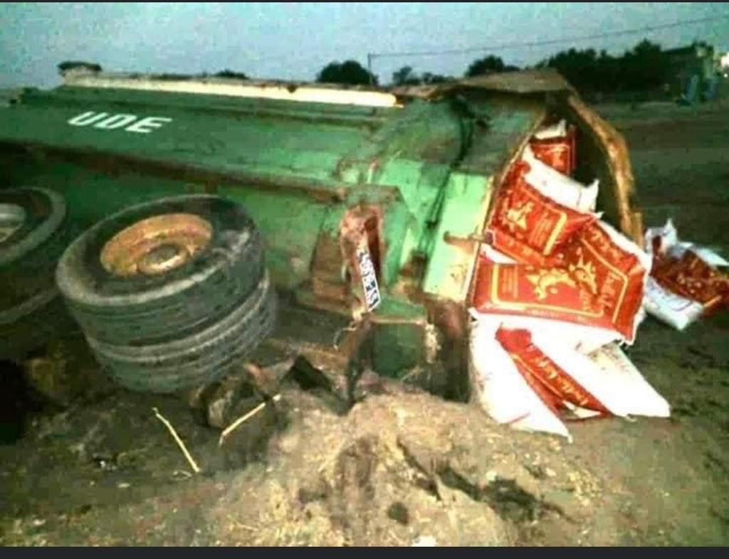 Distribution de l'aide alimentaire : Un des camions transportant les vivres se renverse...