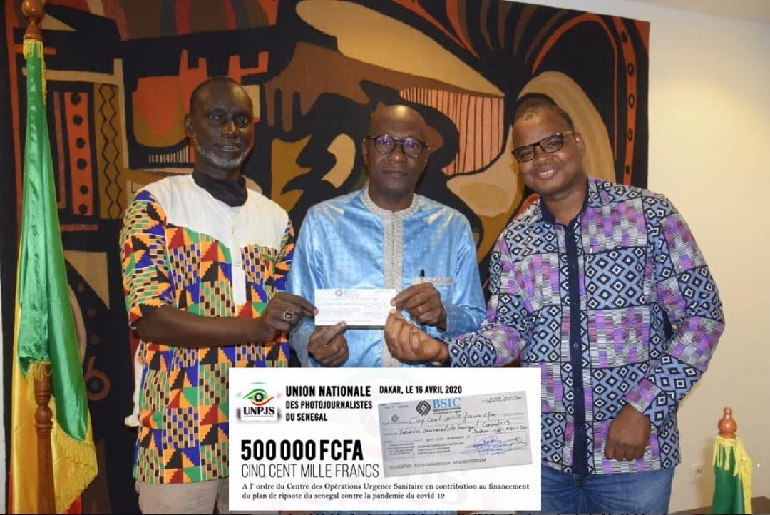 Solidarité contre le Covid-19 : L'Union Nationale des Photojournalistes du Sénégal remet 500.000f cfa à Ablaye Diop, ministre de la culture et de la communication.