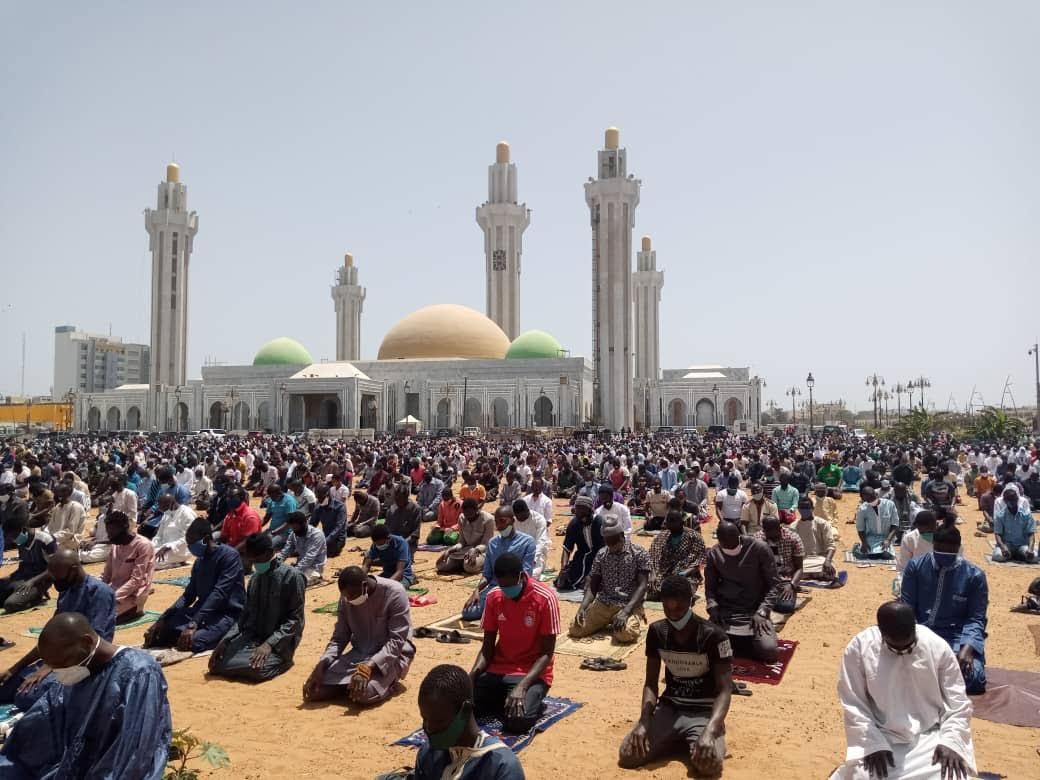 REPORTAGE - Massalikoul Jinaan : Des centaines de fidèles à la prière du Vendredi dans le respect des gestes barrières.