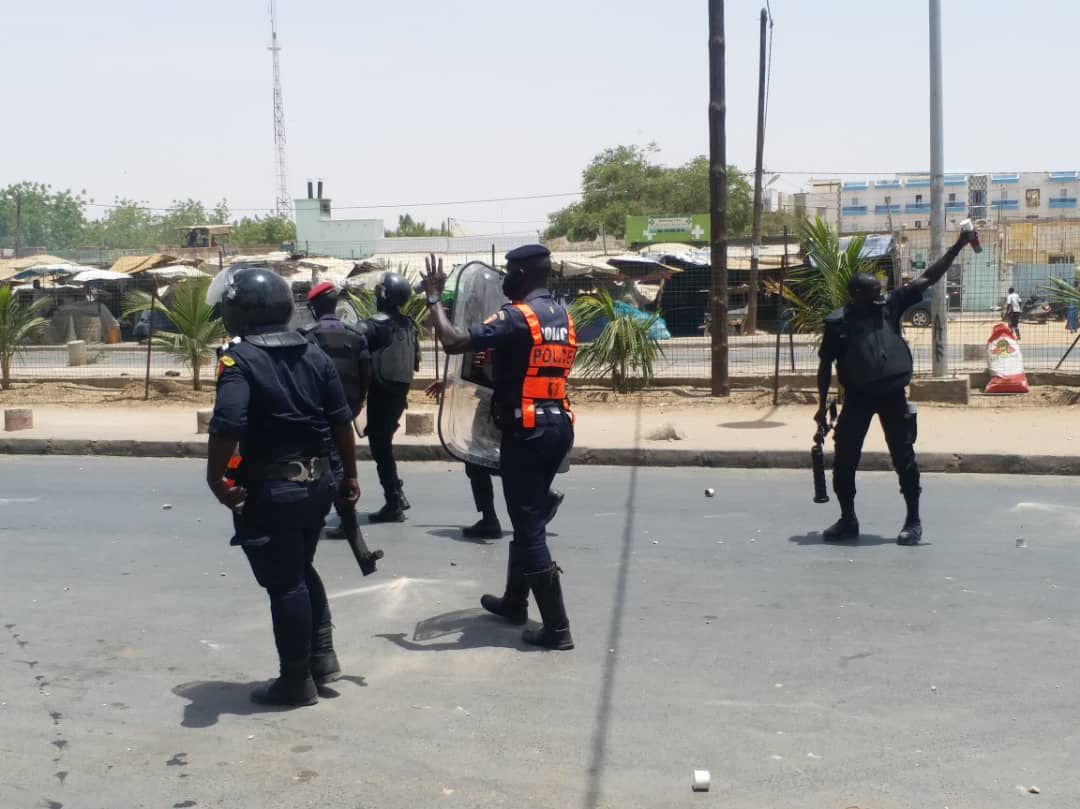 (IMAGES) Du jamais vu à Touba / Des pneus brûlés... Les manifestants menacent de brûler un poste de police.