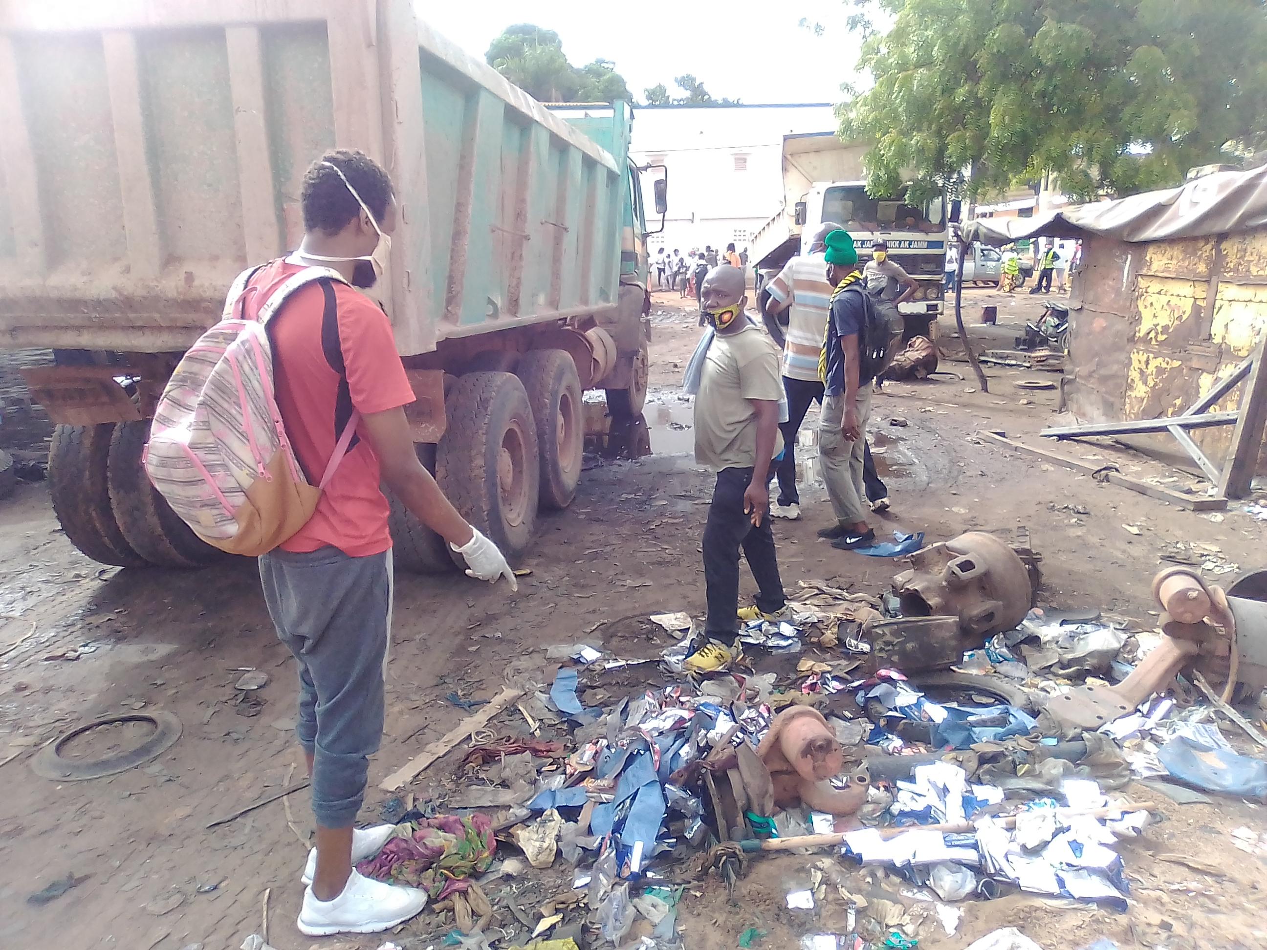 Lutte contre la covid-19 à Kolda : Opérations de nettoiement et de désinfection de la gare routière et du marché.