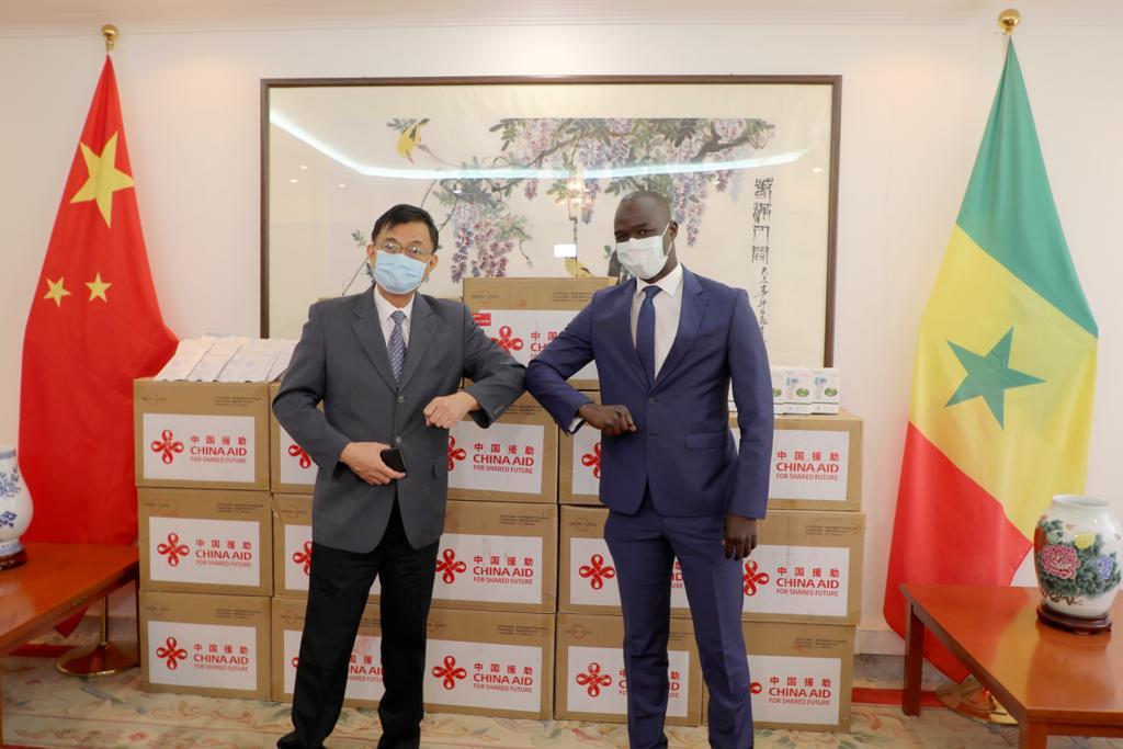 Lutte contre la Covid-19 : La Chine remet 18.000 masques et 120 « termoflash » à la Fondation Servir le Sénégal