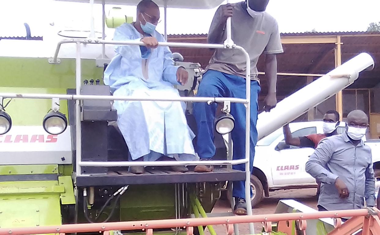 Bassin de l'Anambé (Kolda) : Le ministre de l'agriculture Moussa Baldé a mis à la disposition des producteurs des moissonneuses à chenille.