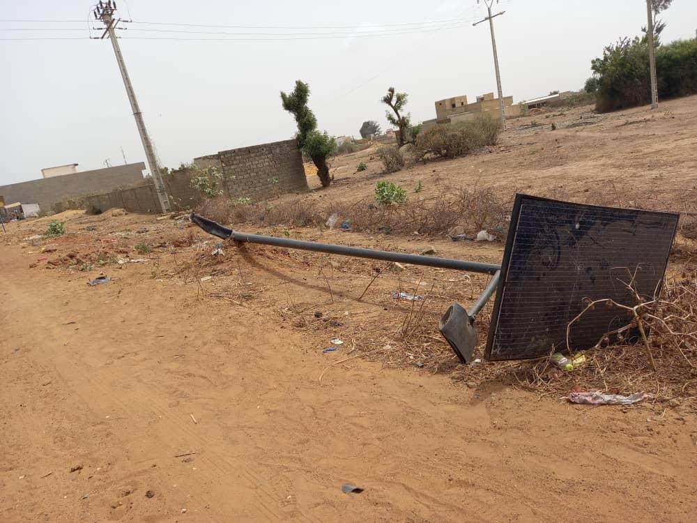 Installation de lampadaires solaires : Déjà des poteaux arrachés à certains endroits.
