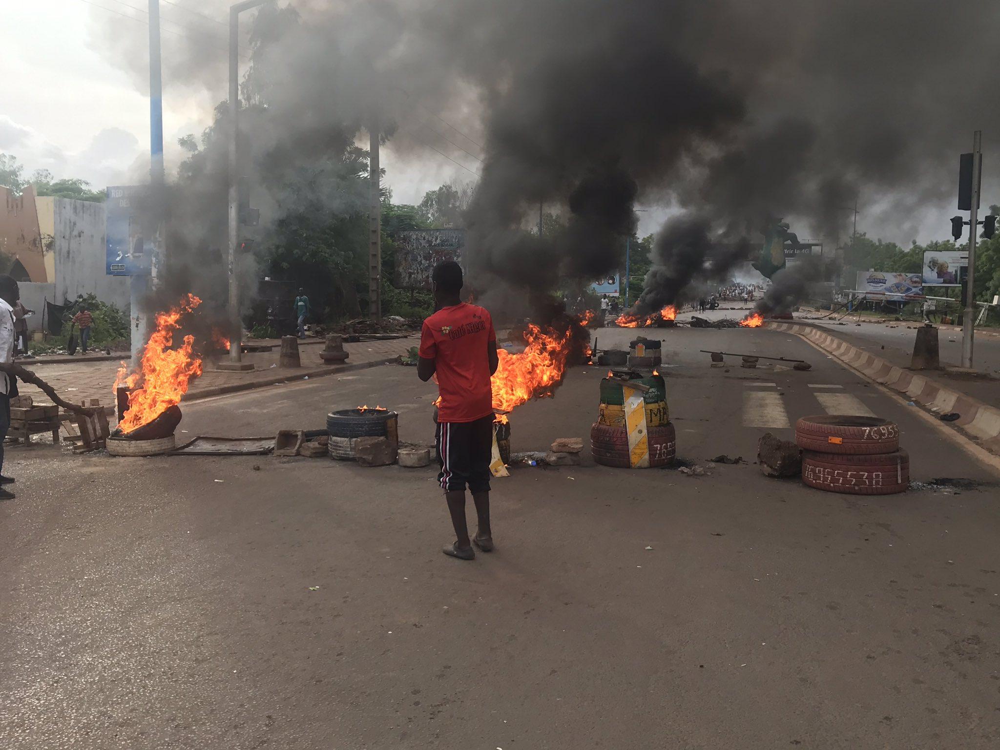 Mali : Les manifestants assiègent la télévision nationale, l'Assemblée nationale saccagée.