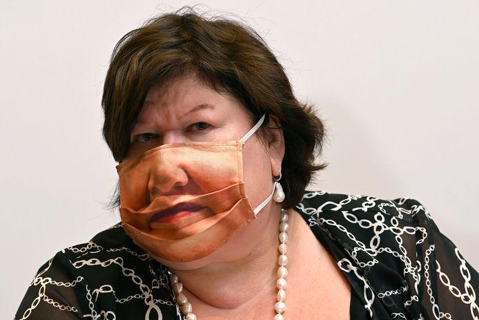 Maggie De Block fait sensation avec son masque au parlement.