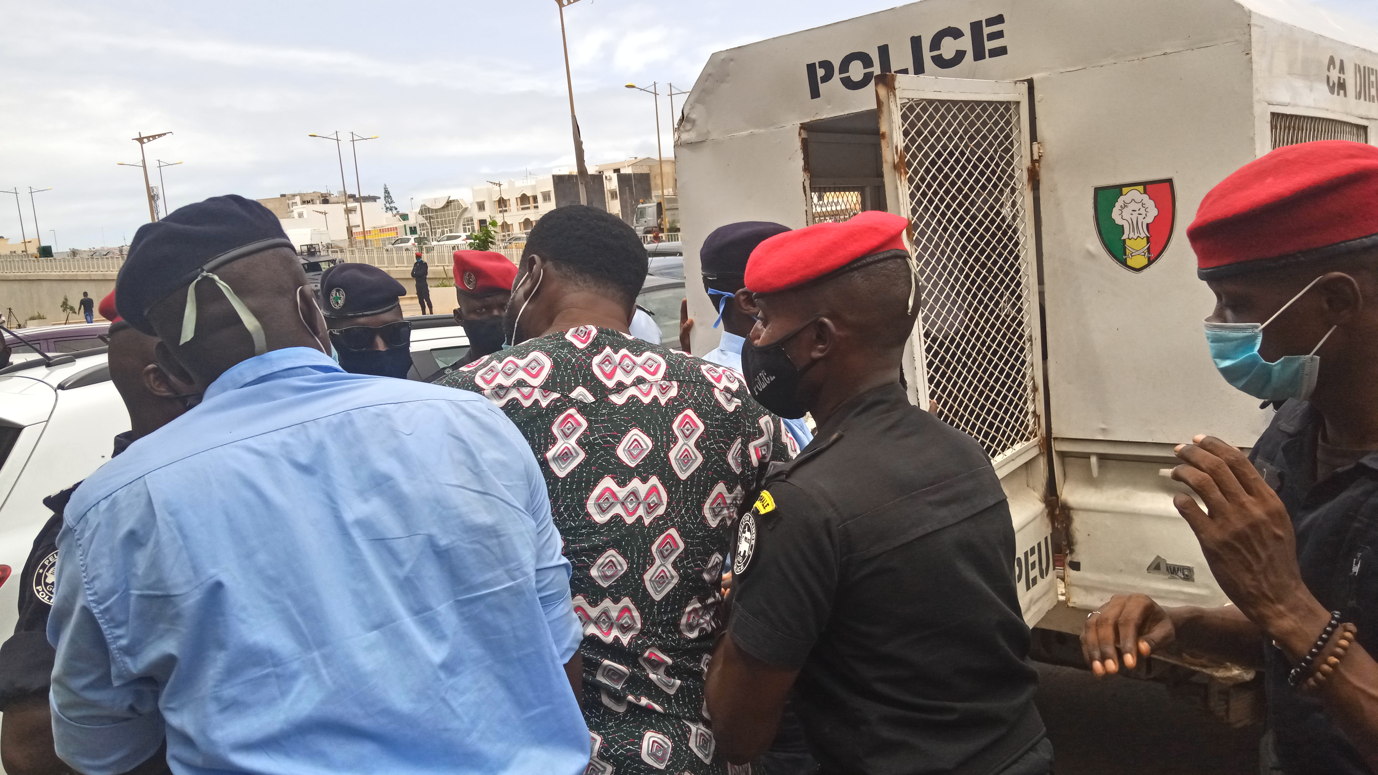 Urgent : 5 membres du mouvement Y'en a marre arrêtés devant la Sonatel.