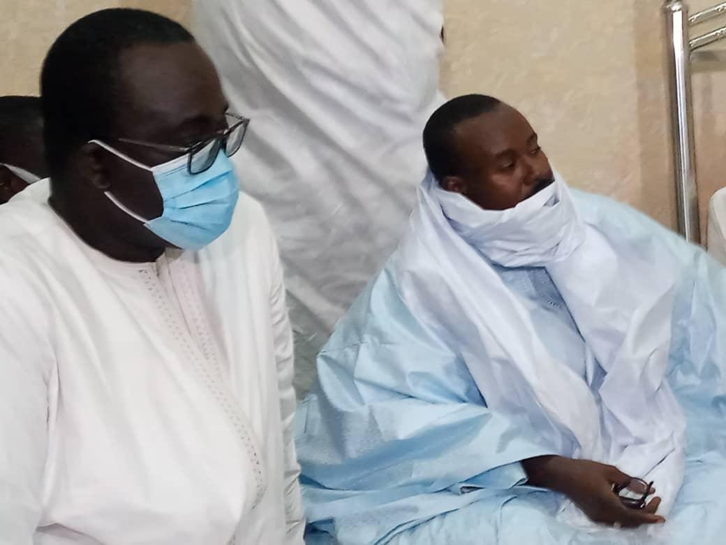 TOUBA - Abdoulaye Daouda Diallo remet au Khalife des Mourides deux titres fonciersau nom du président Macky Sall.