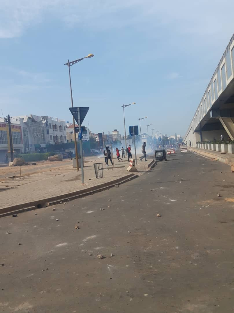 Dakar : Encore des heurts entre policiers et manifestants pro-Cellou Dalein Diallo devant l'ambassade de Guinée.