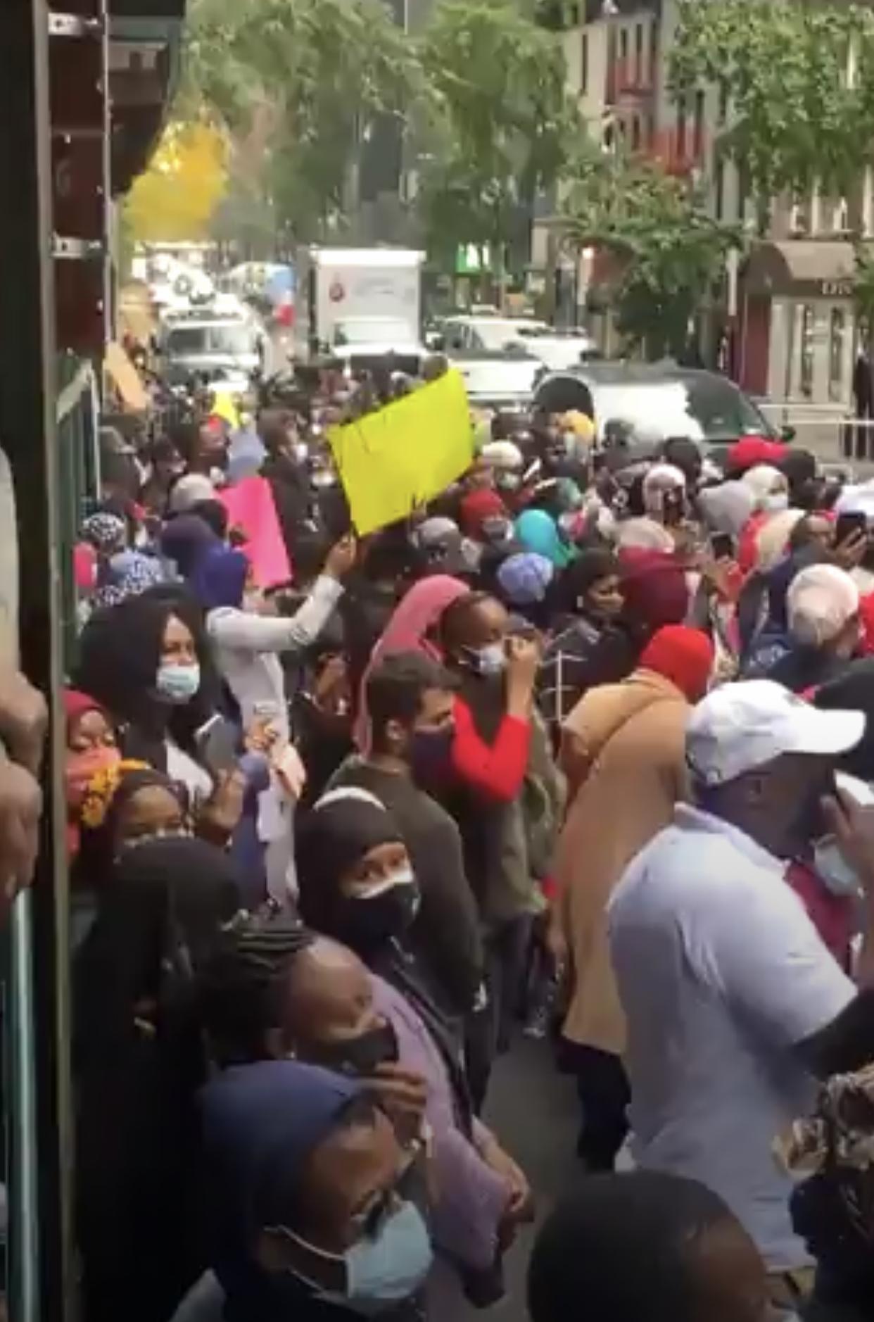 Crise post-électorale : Les Guinéens de New-York devant le consulat pour protester.