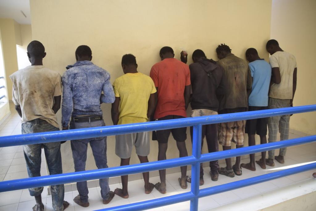 Migration irrégulière : une pirogue partie de Mbour termine sa course à Saint-Louis, huit arrestations et des moteurs saisis.