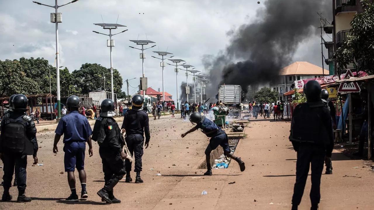 Violences post-électorales en Guinée : Le Collectif des avocats des 10 candidats invite le gouvernement à identifier les auteurs des crimes et à les déférer devant les tribunaux compétents conformément à la loi.