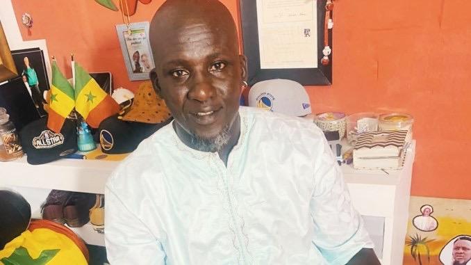 Assane Diouf devant le tribunal de Dakar ce mardi 10 novembre.
