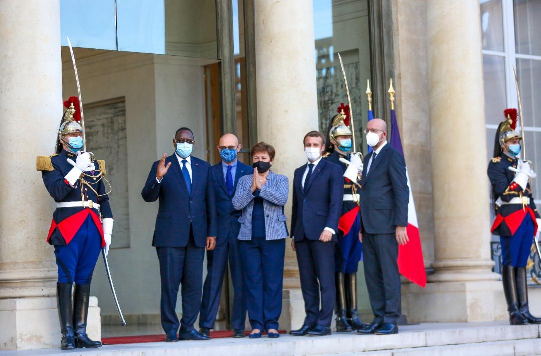 Forum de Paris sur la paix : Le président Macky Sall accueilli à l'Élysée par Emmanuel Macron.