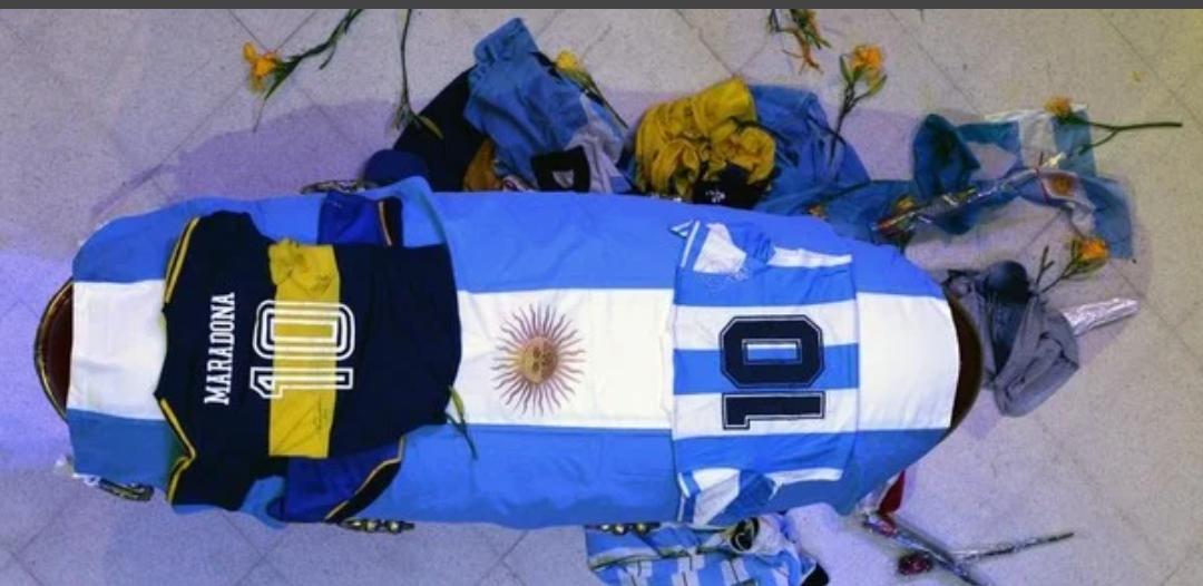 Veillée funèbre de Maradona : L'Argentine rend un dernier hommage à Diego, la Casa Rosada refuse du monde...