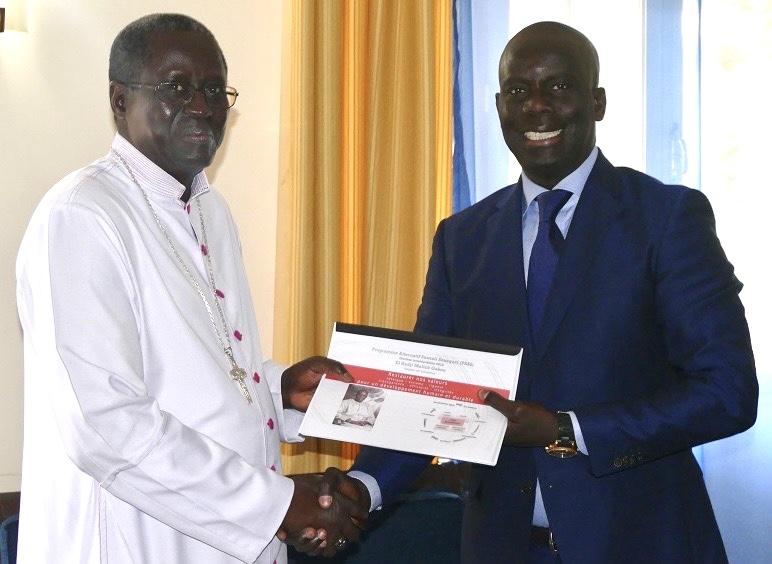 Veille de Noël : Malick Gakou chez Monseigneur Benjamin Ndiaye, souhaite un joyeuse fête à la communauté chrétienne et sollicite des prières pour le Sénégal.