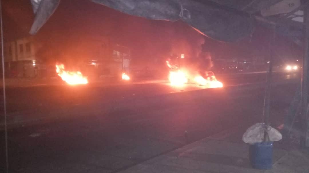 4ème nuit de couvre-feu : les jeunes médinois ont déversé les poubelles à ordures sur la voie de la rue 9