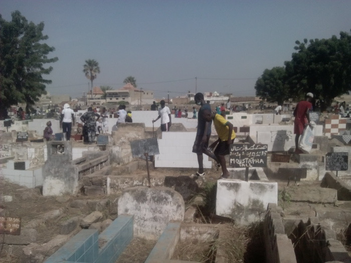 Cimetière de Keur Madiabel : Plusieurs tombes auraient été profanées par des individus non identifiés.
