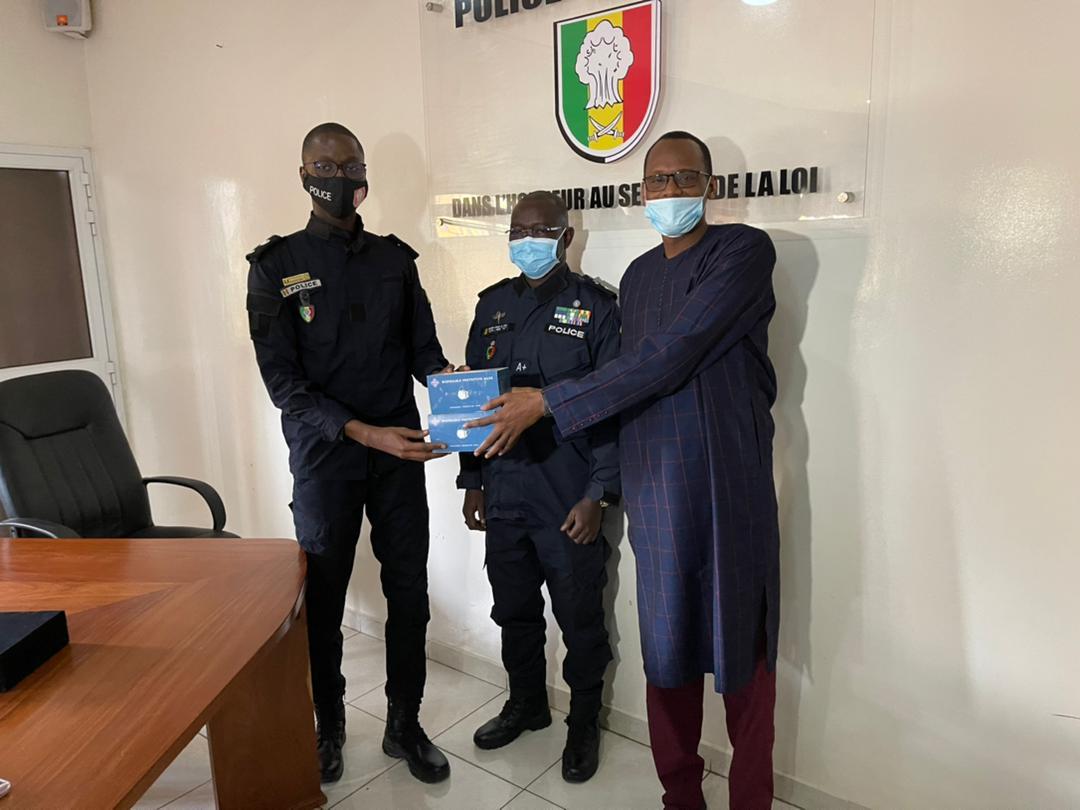 Lutte contre la Covid-19 : Habib Niang offre un lot de 3.000 masques à la Police nationale.
