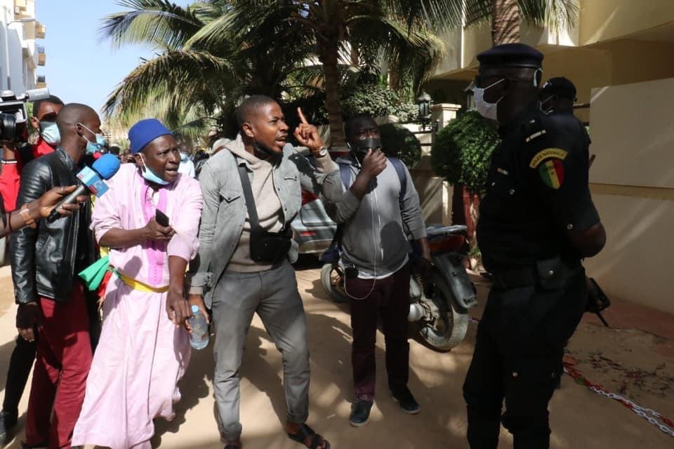 Accusé de viol / Ousmane Sonko soutenu par ses militants chez lui.