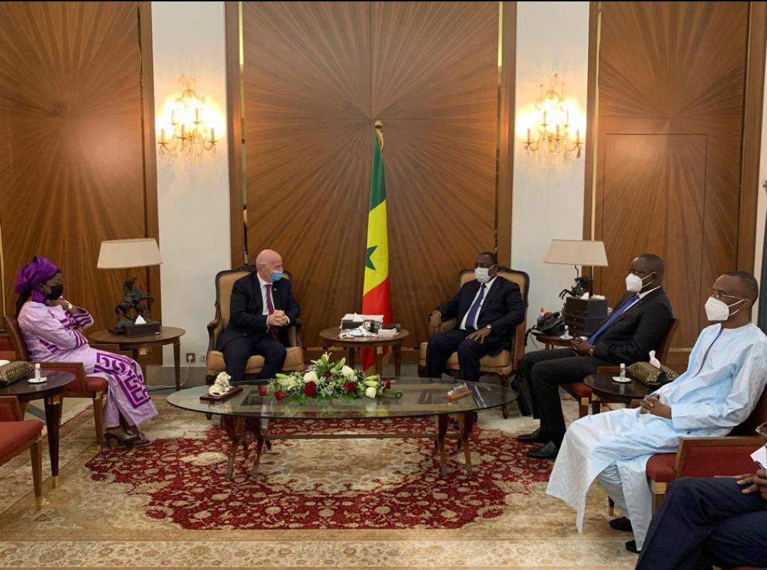 Audience : Le président de la FIFA Infantino et Augustin Senghor ont été reçus par le chef de l'État.