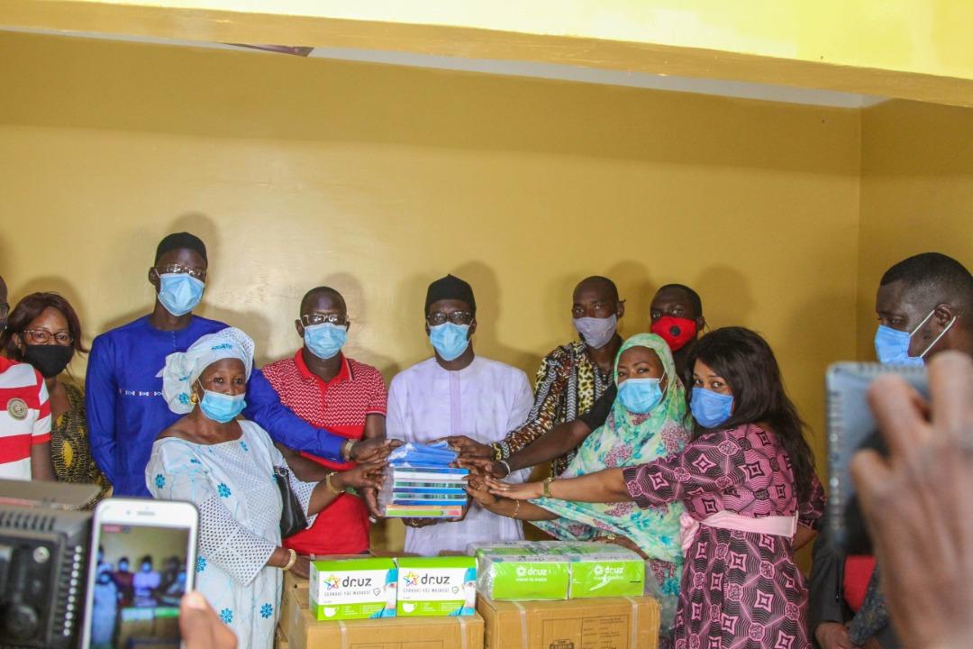 À l'appel de la société éducative, Mamadou Kassé, Directeur Général de la SICAP. S.A offre un important lot de matériel scolaire et de masques aux écoles de Tambacounda