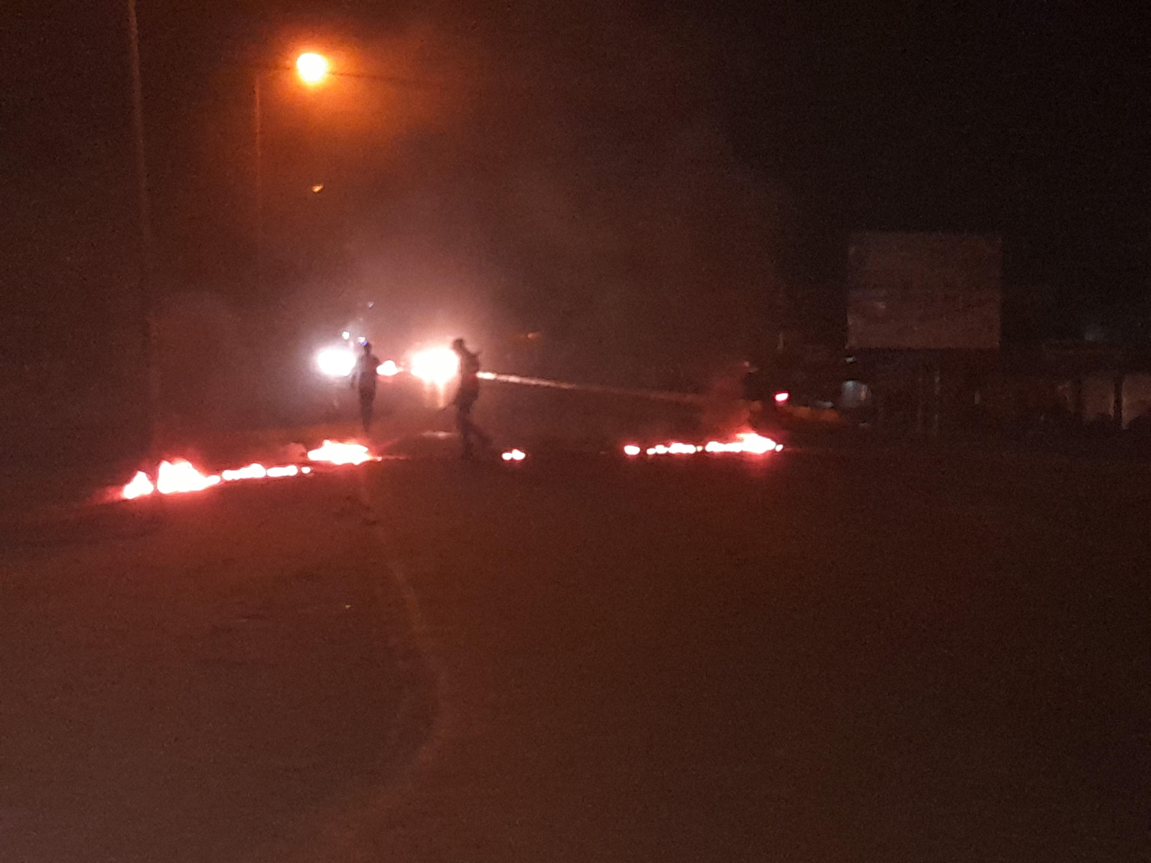 Kaffrine : Des jeunes brûlent des pneus sur la route nationale.