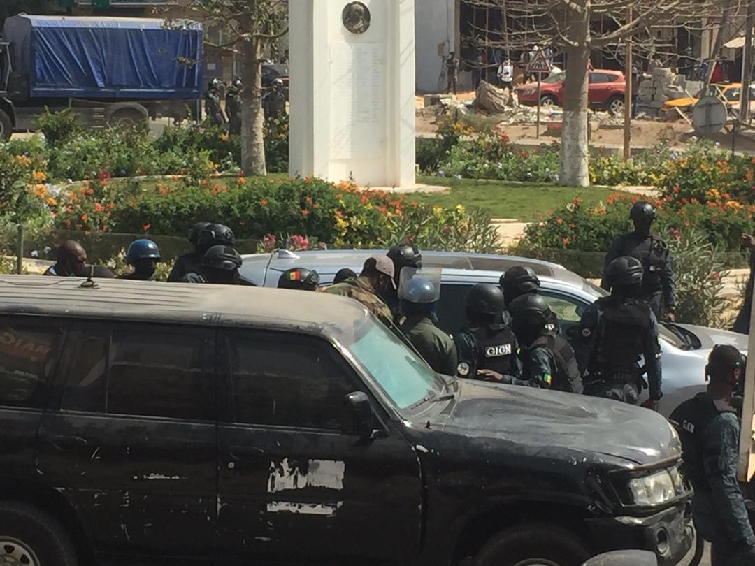Audition Ousmane Sonko / Le GIGN prend le contrôle de la situation : militants, journalistes et gardes rapprochés écartés du périmètre du convoi
