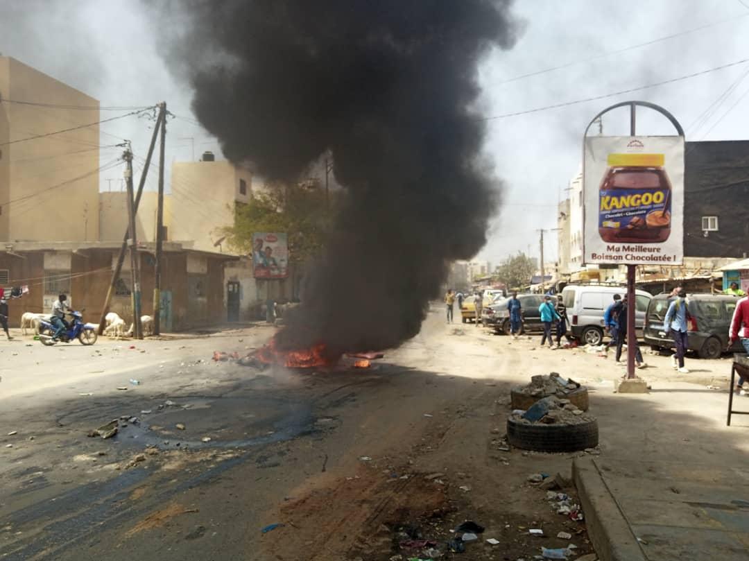 Fass bâtiment -Convocation Sonko: des pneus brûlés, la route barrée