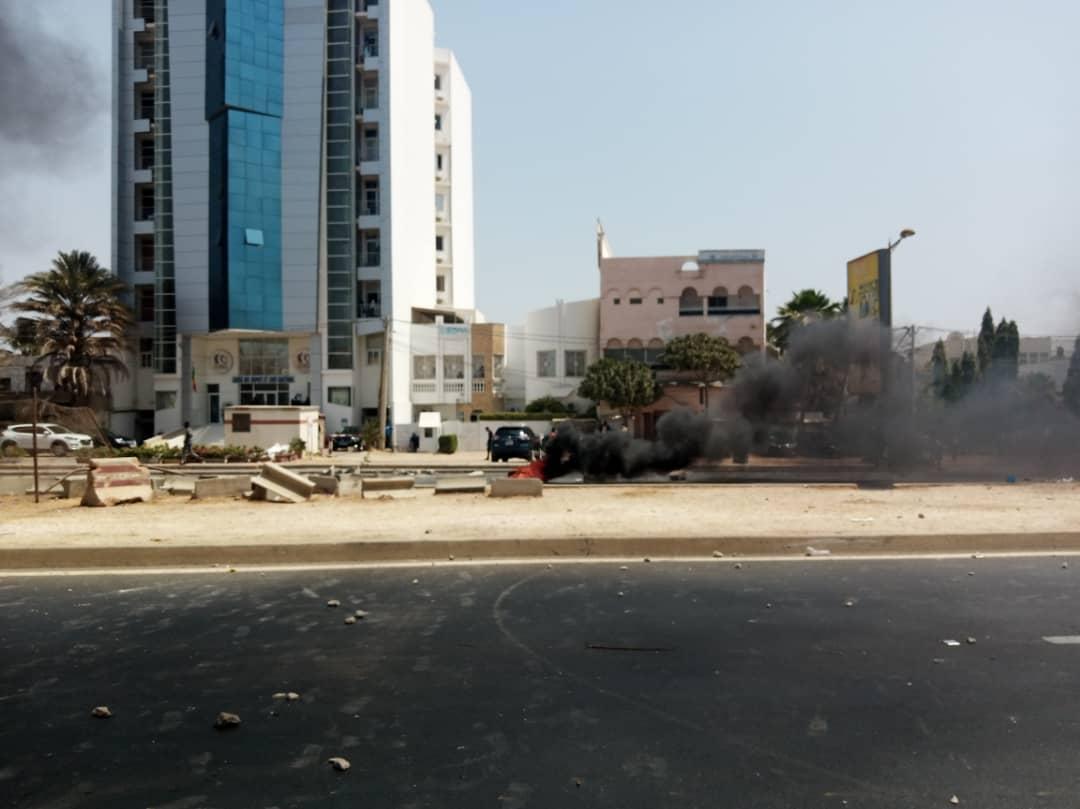 Arrestation de Sonko : Le rond-point du Relais jonché de pierres et de pneus brûlés.