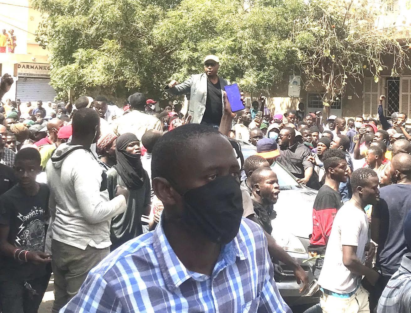 Colobane : Barthélémy Dias draine une foule en soutien à Ousmane Sonko.