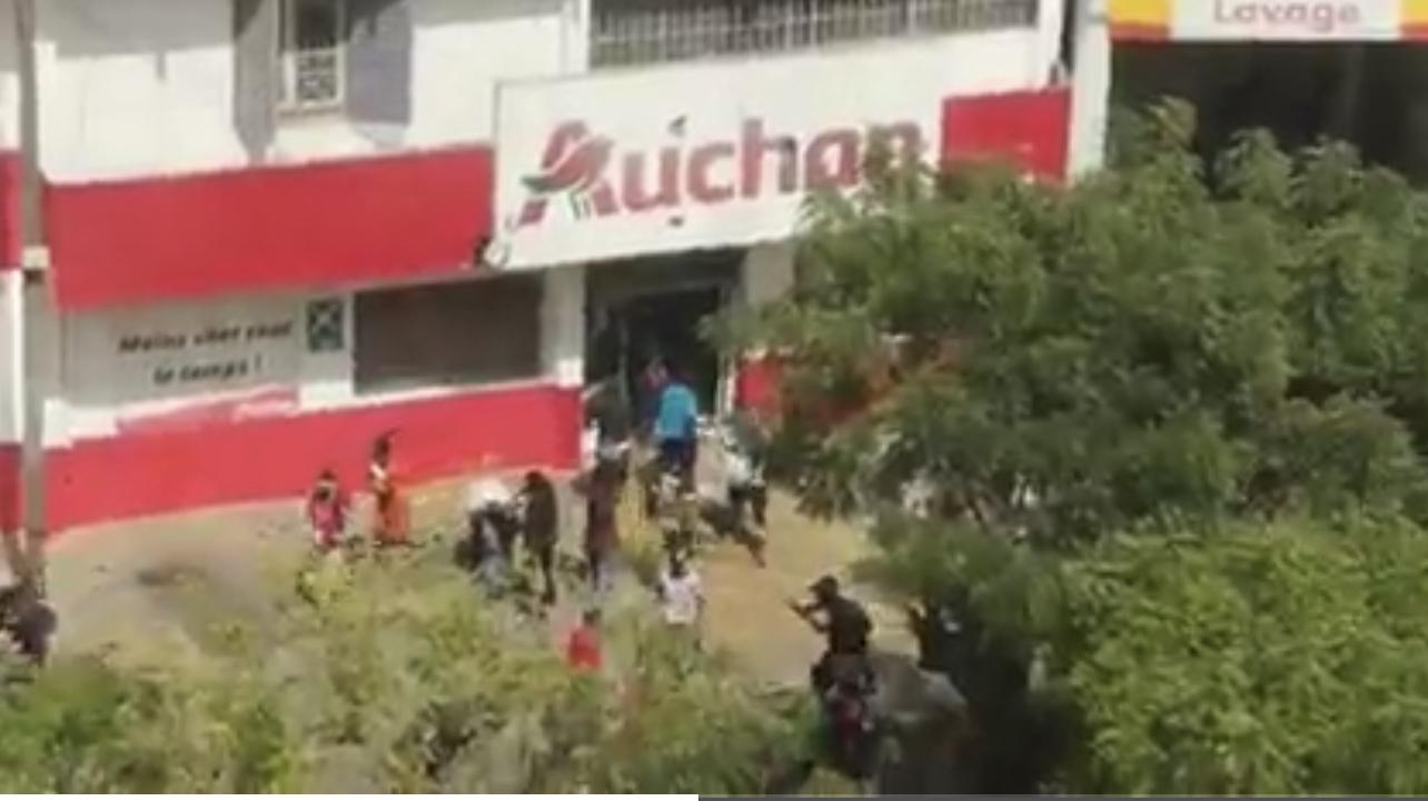 Auchan Point-E pillé : Les manifestants volent la marchandise.
