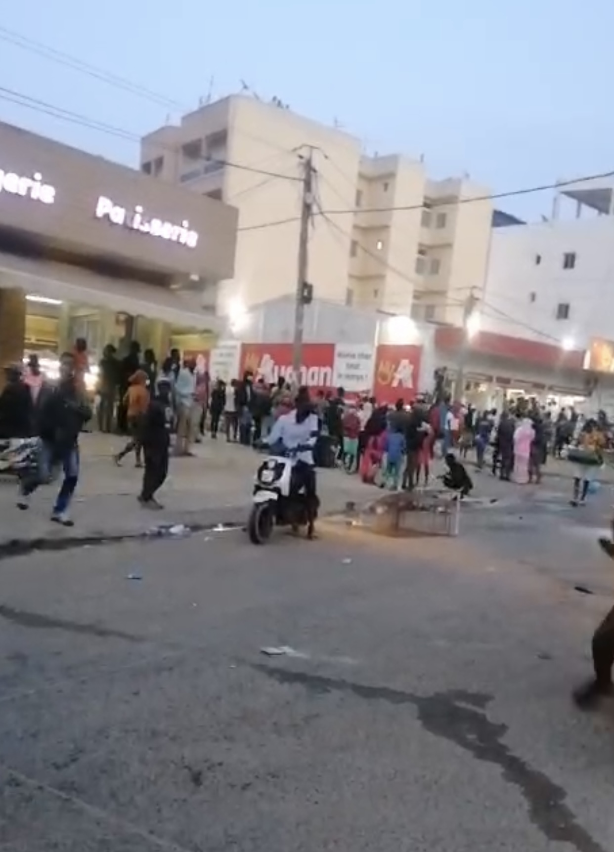 Manifestations : Le magasin de Auchan Nord Foire pillé...