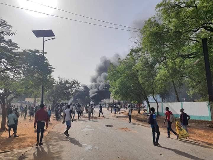 Arrestation de Sonko : Violente manifestation des élèves, des édifices publics attaqués, le véhicule du gouverneur brûlé à Sédhiou.
