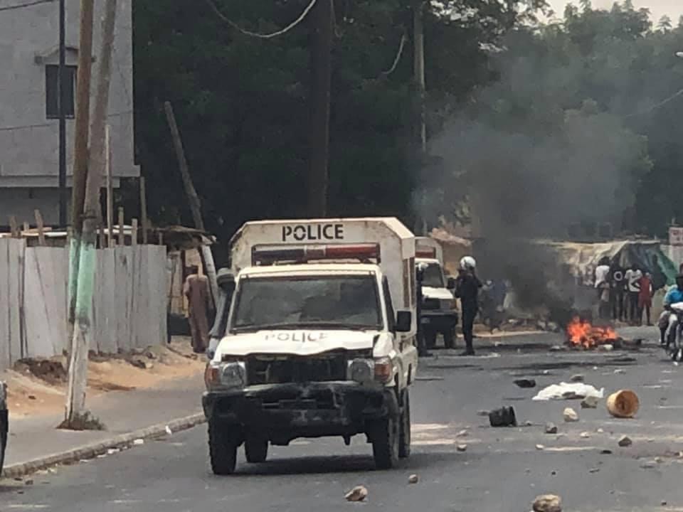 Thiès : Des pneus brûlés par des manifestantsà bord de jakarta et encagoulés sur certaines voies principales.